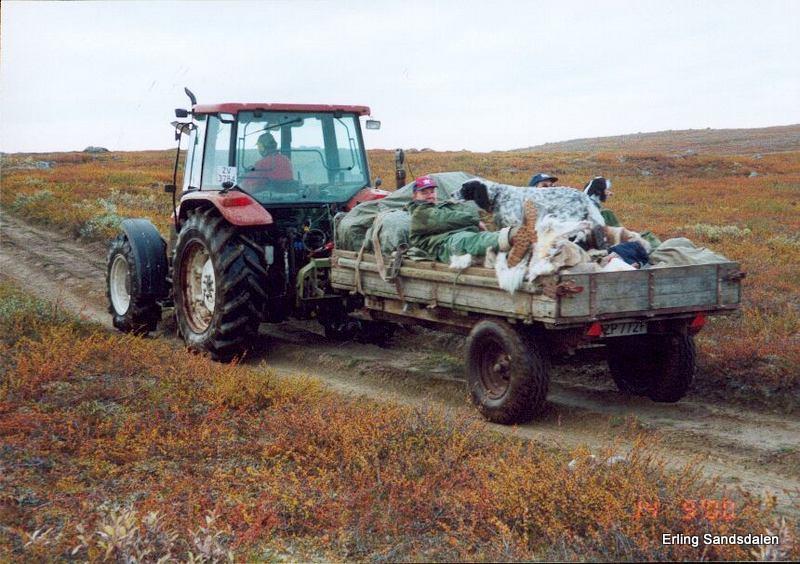 Per kjører oss ut i marka med traktoren sin