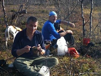 Hans og John Arild inntar lunsj